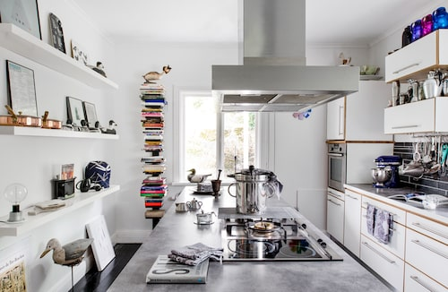 """""""Jag älskar att laga mat, jag ställde till och med upp i Mästerkocken i tv men åkte ut efter två gånger. Här bodde en kock som hade renoverat köket, så jag tog det som det var."""" Bänkar i corian, skåp, Ballingslöv och hyllor, Ikea. Uppstoppad mås köpt på Long Island."""