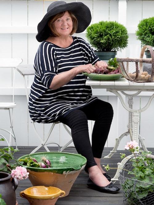 """""""På terrassen är jag min egen minibonde, jag skördar alla sorters grönsaker och blommor förstås."""" Keramikskål från Carcassonne och ostronkorg från La Rochelle."""