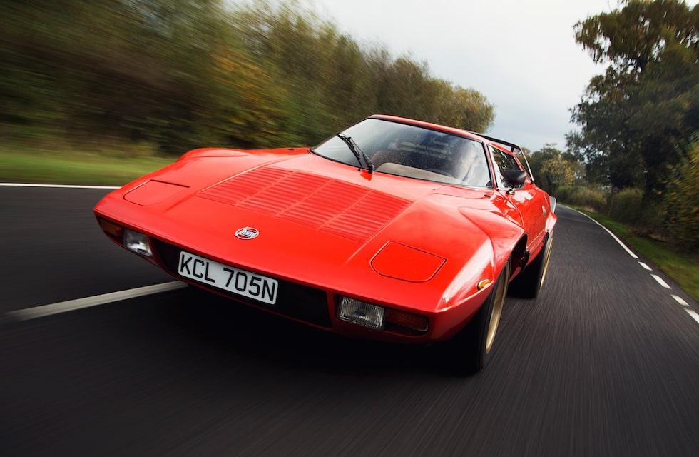 Visst går det att få en Lancia Stratos att se stor ut, men sanningen är en helt annan. Lagom överhäng fram, riktigt kort bak och ett kort axelavstånd på 218 centimeter gör bilen till en riktigt liten rackare. Just det, med en form som får den att sticka ut i precis alla sammanhang man kan tänka sig.