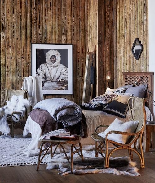 Sänggavel Tulum av snidat, massivt mangoträ från Jotex. Kuddarna kommer från bland annat Day Home, Artwood och Ellos.