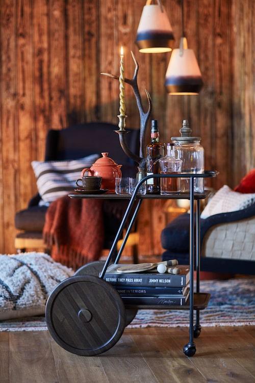 Tevagnen av massiv rökt ek/stål kommer från Dunke design. Kopp med fat och tekanna från Homer Laughlin. Stor glasburk med trälock från PB home. Ljushållare av horn och mässing från Ralph Lauren Home.
