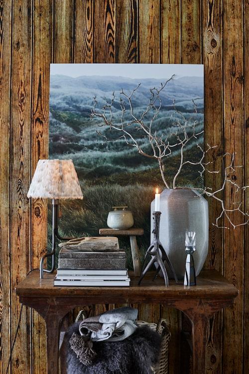 Sideboard, liten träpall och stor frostad glasvas från Slettvoll. Svartoxiderad bordslampfot från Konsthantverk, skärm med fjädrar från Posh Living och ljusstake modell renhorn från Ellos Home. Foto North sea hills metalltryck från Bo concept.