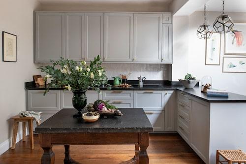 Köket från Ikea har målats grått, och måttanpassades efter storleken på 1800-talsbordet i förgrunden som har en skiva av skånsk komstadkalksten.