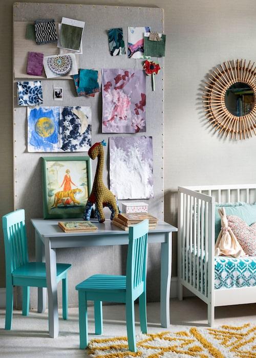 En tygklädd skiva i de två barnens rum har blivit ett perfekt minigalleri för de senaste alstren från förskolan.