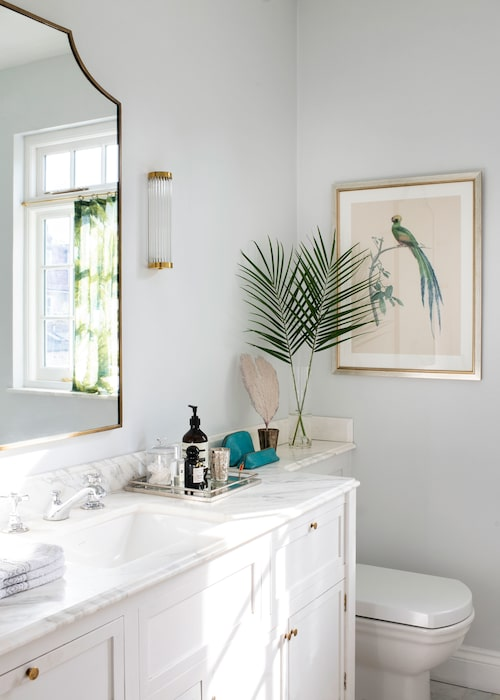 Badrummets kommod med skiva i calacatta-marmor har Anna designatoch fått tillverkad av ett snickeri. Fransk spegel, 1950-tal, vägglampanär från Original BTC.