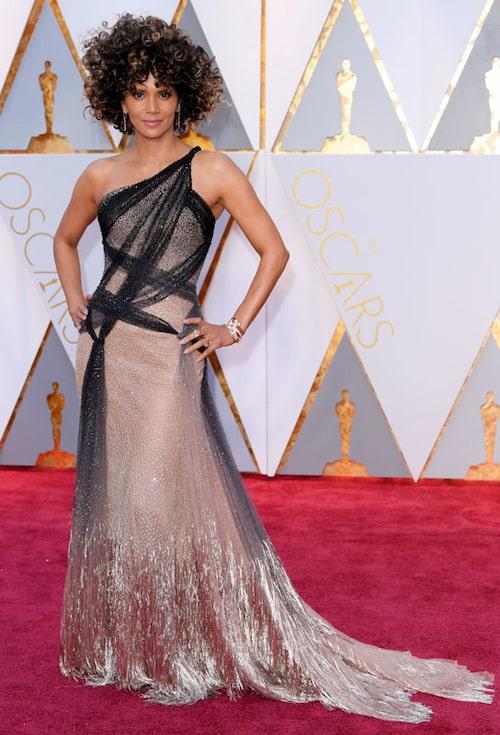 Halle Berry i galablåsa från Atelier Versace.