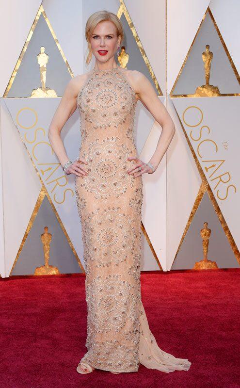 Nicole Kidman, nominerad för sin roll i Lion, klädd i klänning från Armani Privé.