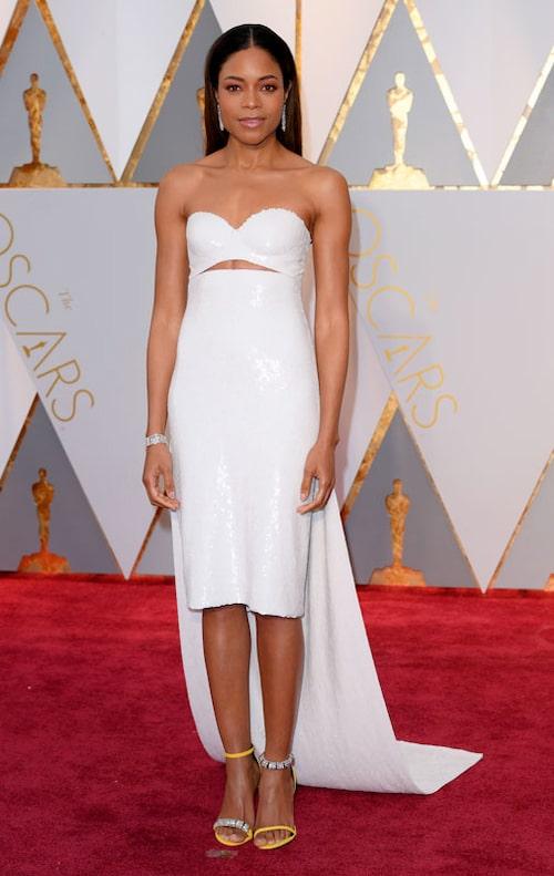 Naomie Harris, nominerad i kategorin Bästa kvinnliga biroll för son insats i filmen Moonlight, i vit klänning från Calvin Klein By Appointment.