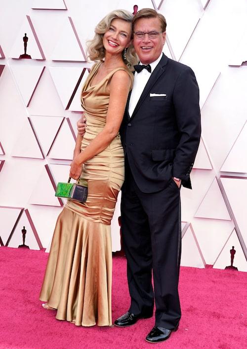 Paulina Porizkova i guldig klänning på Oscarsgalan 2021.
