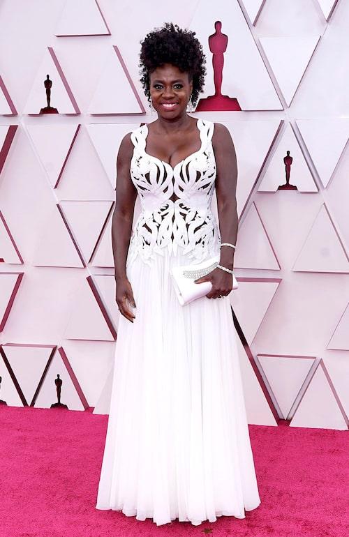 Viola Davis i vit klänning på Oscarsgalan 2021.