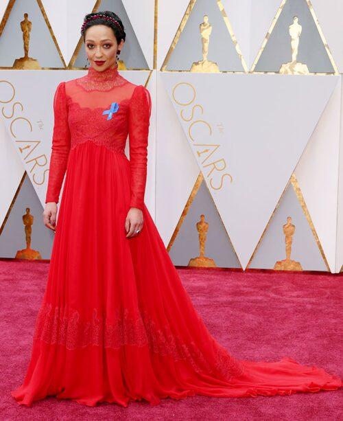 Ruth Negga, nominerad i kategorinbästa kvinnliga huvudroll för sin insats i filmen Loving, i en röd klänning från Valentino.