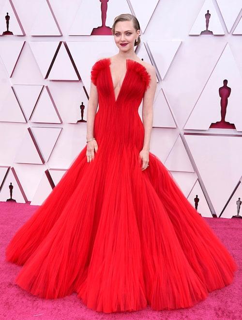 Amanda Seyfried i röd klänning på Oscarsgalan 2021.