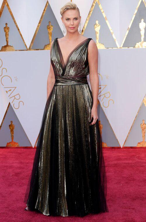 Charlize Theron i metallic från Christian Dior.