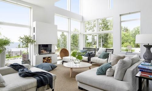 Ett rymligt vardagsrum ger generös golvyta som gör det möjligt att möblera mitt i rummet och frigöra väggar. Det kan man behöva för att ge plats åt konst, skåp eller sidobord. Soffbord, fåtöljer och soffan Ledigt liv, kommer från Allinwood, divanen från Slettvoll.