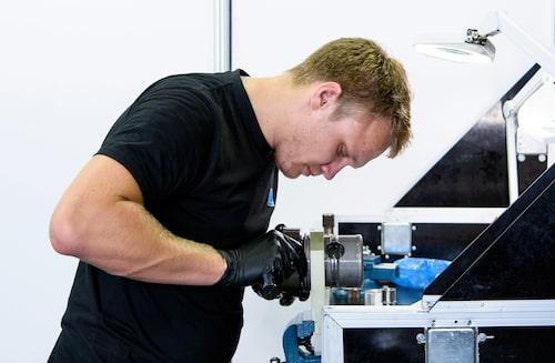 Rasmus smider på i verkstaden, det är väldigt långt mellan de lugna stunderna.