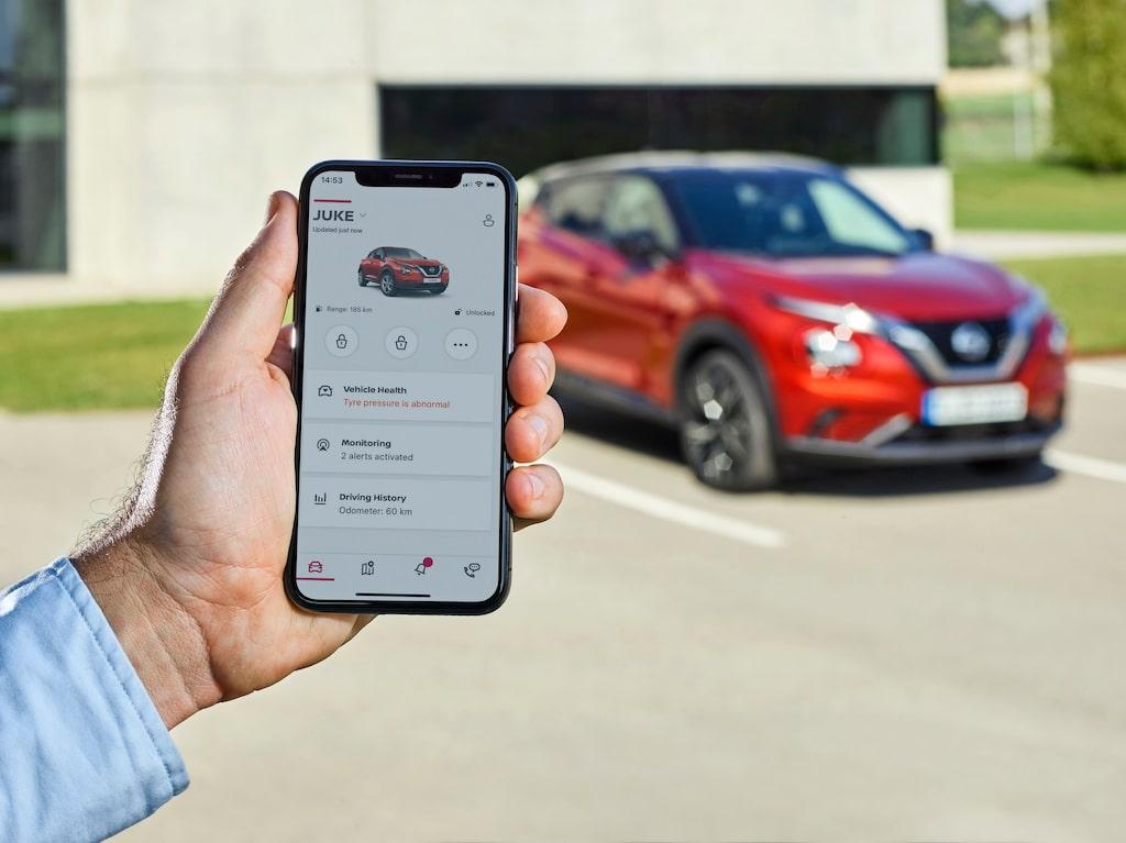 Via en app kan man bland annat se var bilen är, bensinmängden och ställa in max-hastighet.