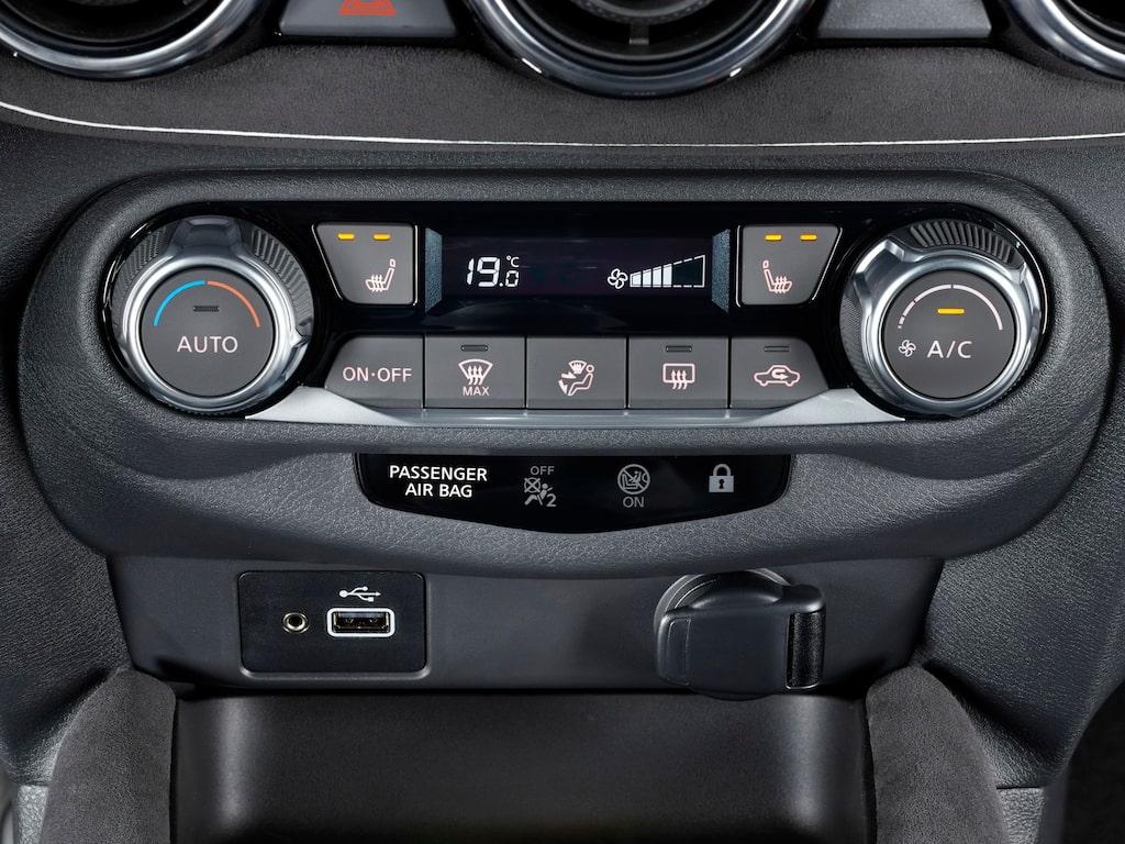 Nissans bilutvecklare menar att det förenklar att att ha klimatinställningar separat. Vi instämmer!