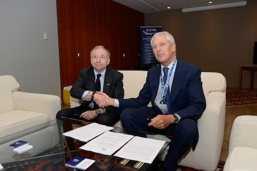 Jean Todt (FIA) och Marco Tronchetti Provera (Pirelli) skakar hand och signerar kontraktet.