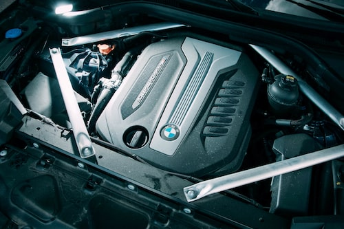 Plastkåpan signalerar att sex cylindrar döljer sig därunder. Och nästan lika många turbos.