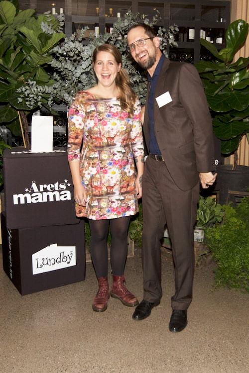 Emma Knyckare (Årets humormama 2015) tillsammans med mamas redaktör Niklas Sessler.