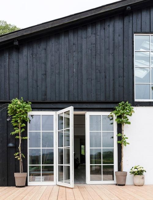 Fasaden är svartmålad och de spröjsade fönstren vita – utan foder. Mycket danskt. Nästa projekt är att bygga en vedeldad badtunna på terrassen.
