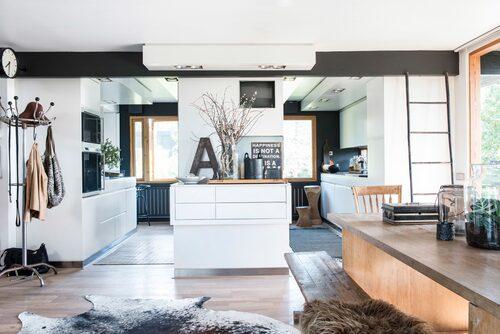 Det mesta av originalarkitekturen har behållits förutom just i köket. Det nya köket är ritat av Magnus Stål och bjuder på självklar kontakt mellan kök och matplats. Fokus är på stora umgängesytor.