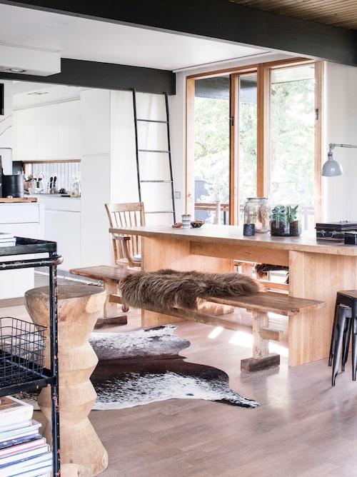 Så rustikt, så genuint och så generöst. Här finns plats för många. Anett har själv designat och byggt både bänk och bord. På bänken en fäll från Granit, djurskinn från Sydafrika på golvet.