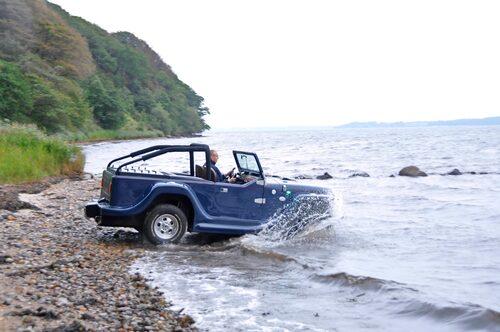 Sjösättningen fixas på egen hand så länge stranden inte är för brant. Ingångshastighet 30 km/h ger rätt skjuts ut bland vågorna.