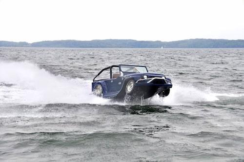 När planingströskeln infunnit sig kan Panther toppa närmare 40 knop. Bensintörsten är cirka 2,0 l/sjömil. På land sörplar Panther i sig cirka 1,5 l/mil.