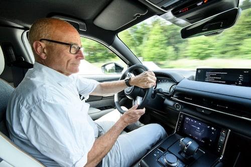 """Teknikens Världs Mikael Stjerna faller för Mazda MX-30, trots """"litet"""" batteri och småjobbiga bakdörrar."""