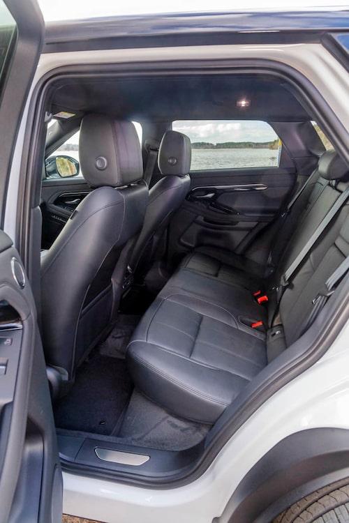 I baksätet är sittkomforten okej men det känns lite instängt på grund av små rutor och breda stolpar.
