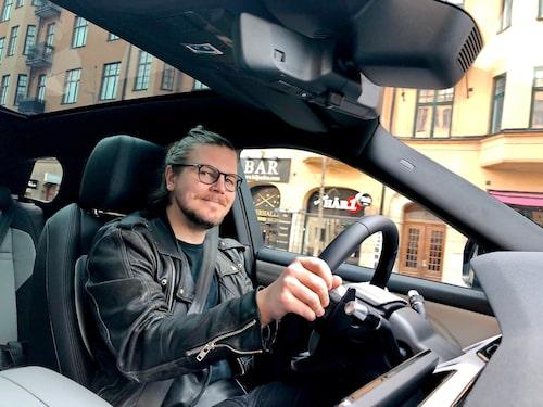 Den höga sittpositionen bidrar till en god översikt över bilen men Evoque upplevs som stor för att vara en kompakt suv.