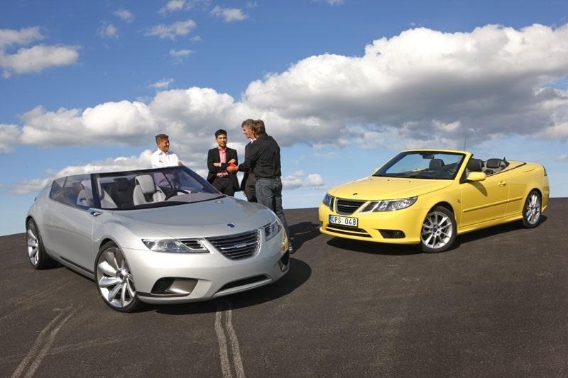 Hans Hedberg i diskussion om nya 9-X Air med Frank Leopold (teknisk chef), Anthony Lo (konceptdesignchef) och Mark Adams (designchef). 9-3 cabriolet får nöja sig med att stå i bakgrunden.