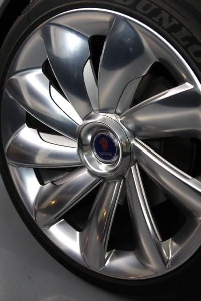 21-tumsfälgar gör sitt till för Saab nya design-DNA. Nästan för stora i förhållande till den smäckra karossen.