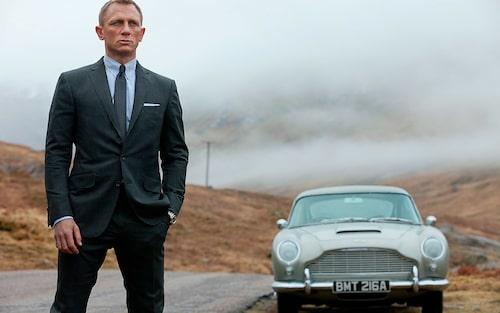 Daniel Craig bredvid den mest berömda Bond-bilen, kanske till och med världens mest berömda filmbil, Aston Martin DB5. Missa inte att läsa om 13 Bond-bilar vi minns via länken ovan.