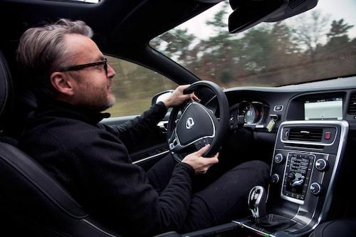 Teknikens Världs Hans Hedberg njuter av kraftpaketet på Volvos testbana.