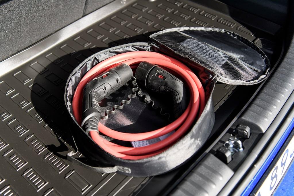 Med Typ 2-kabel kan bilen laddas med 11 kW. Vid snabbladdning kan 100 kilowatt tas emot.