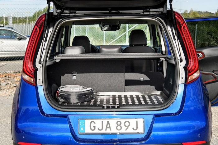 Den extra bagagerumsmattan passar endast när det justerbara lastgolvet är i sitt översta läge.