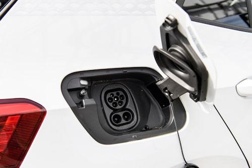 Genom CCS-uttaget kan snabbladdning på 100 kW tas emot. Framöver ska bilen kunna ta 125 kW.