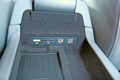 Två usb-ingångar, plats för SD-kort och sim-kort för att skapa en wifi-zon i bilen.