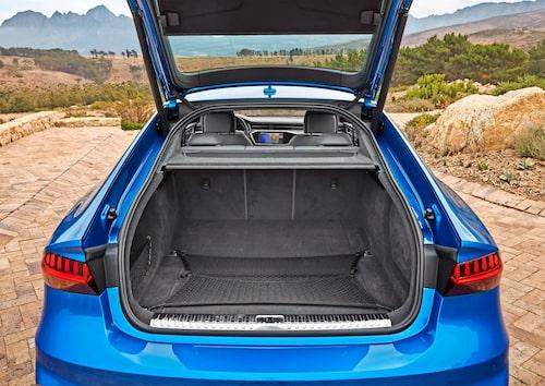 """Rejält utrymme med tredelad fällning """"som enkelt rymmer två stora golfbagar"""" enligt Audi själva."""