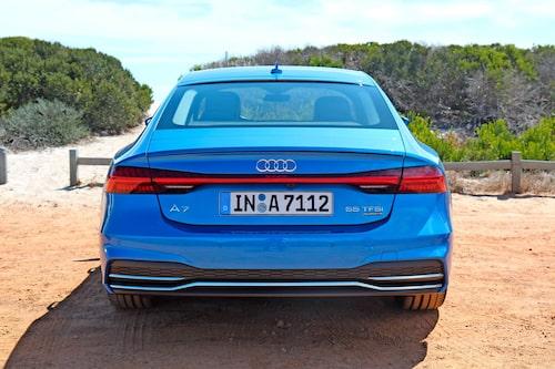 Stilgreppet med LED-listen som löper efter hela bakdelen av bilen är lånat från A8 men med ny design.