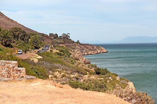 Vackra men stundtals farliga vägar nordost om Kapstaden. Här finns både haj och blåval i vattnet.