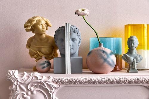 """Vaxljus från Newport Runda vaser med """"sprayfärgsglasyr"""", Paradisverkstaden. BokstödFamiljen Fogelmarck. Vasfrån Plan ett. Väggen är målad med Venezia 30, Caparol."""