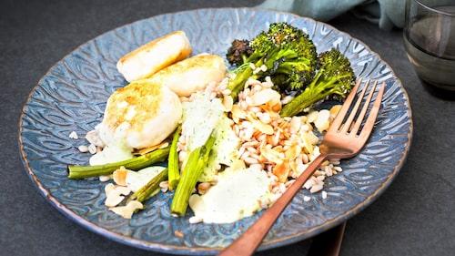 Blanda sparrisbroccolin med bulgurn och den flagade mandeln.