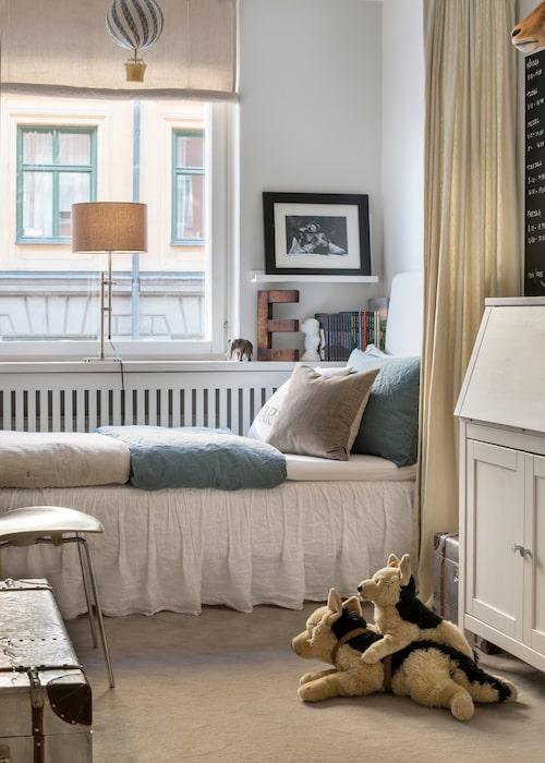 """Tioårige Edward har också gardinförhänge vid sängen för att skilja av och mjuka upp, i linne liksom sängkläderna från H&MHome. """"Vi har samma beigegrå heltäck-ningsmatta i sov-rummen, lagom tjock så"""