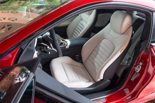 Framstolarna är specifika för coupémodellen. Säkerhetsbältet skjuts fram av en tunn plastpinne.