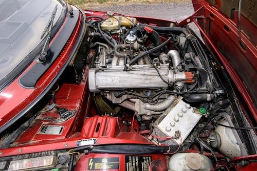 Högkompressionsmotorn kom 1982 och är precis som tidigare på 100 hästkrafter. Slitstark och pålitlig, mycket bättre än premiärbilens Triumph-motor.