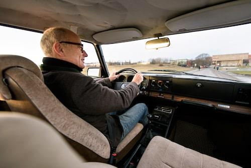Här sitter herr Stjerna och njuter en nygammal klassiker. Tittar du noga så ser du en typisk Saab-sjuka, hängande innertak.