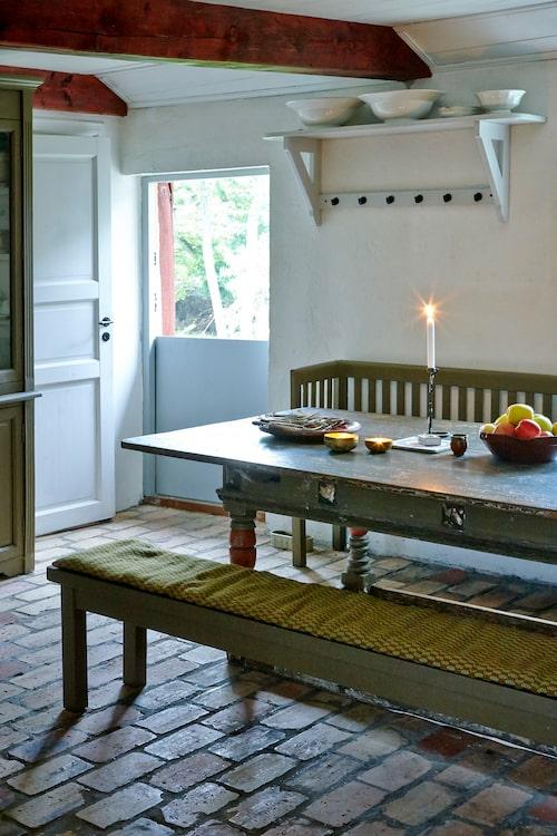 Det gamla skånska köksbordet från 1800-talet är ett auktionsfynd från Bukowskis. Bänken fyndades på Karossgården i Gladsax.